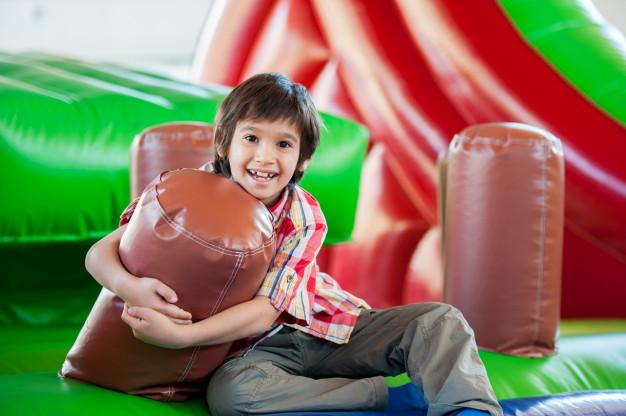 barn der lege på en hoppeborg til en  10 års fødselsdag