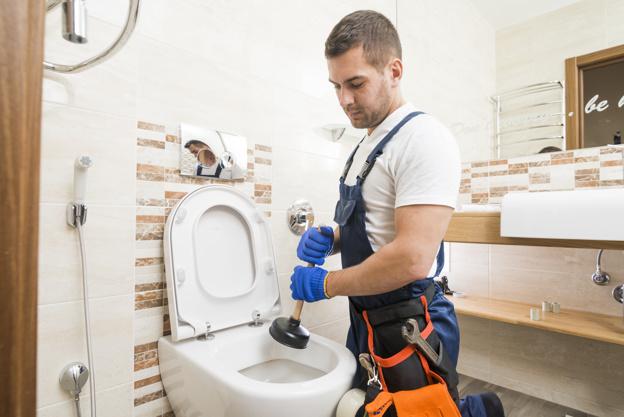 flex vvs der hjælper med vvs-arbejde på et badeværelse