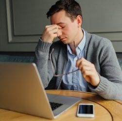 ung mand som er stresset