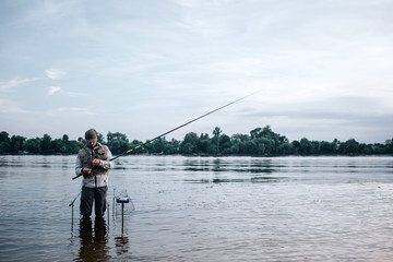 mand fisker i put and take sø
