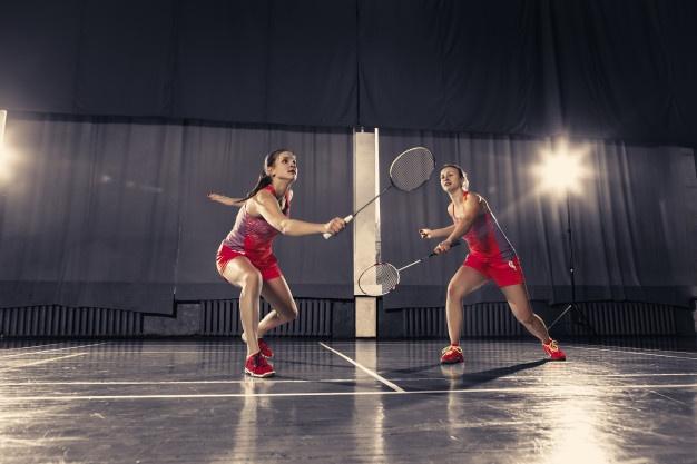 2 kvinder spiller badminton