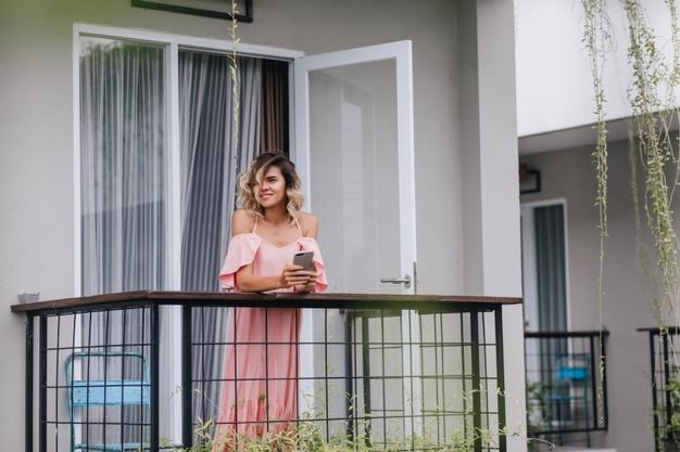 kvinde på terrasse